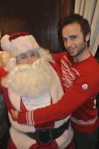 Louis-José Houde a présenté le père Noël qui est aussi, quand il ne porte pas la barbe, son directeur de tournée. | 29 novembre 2012