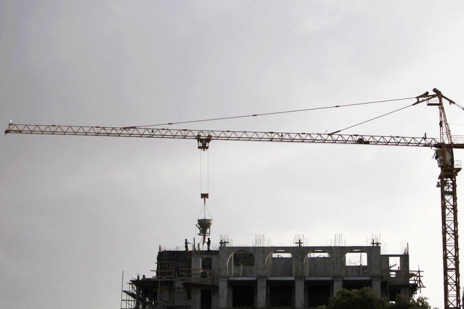 Des travailleurs de la construction travaillent à l'érection... (PHOTO AMMAR AWAD, REUTERS)