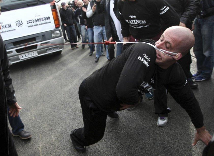 Lasha Pataraia tire un camion de huit tonnes pour établir un nouveau record Guinness à Rustavi en Géorgie. | 30 novembre 2012