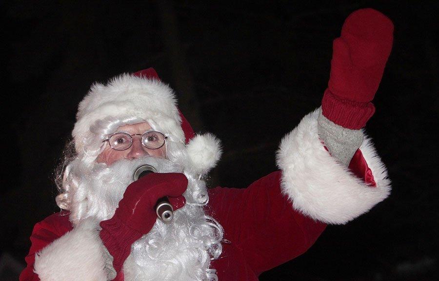 Le Père Noël a défilé pour une 18e fois vendredi... | 2012-12-01 00:00:00.000