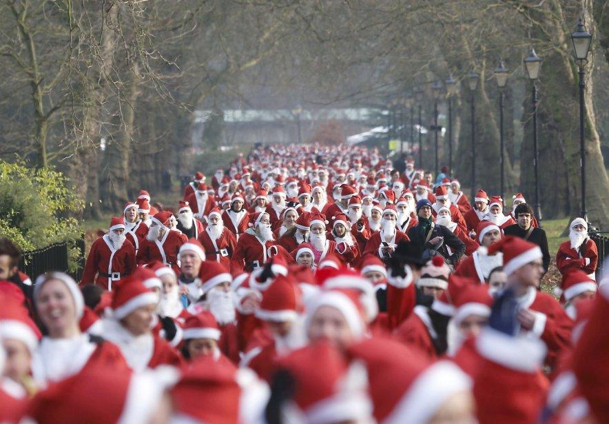 Des centaines de Pères Noël ont participé à une course festive à Londres afin d'amasser des fonds pour l'organisme de charité Disability Snowsport, qui fait la promotion des sports d'hiver adaptés pour les personnes handicapées. | 1 décembre 2012