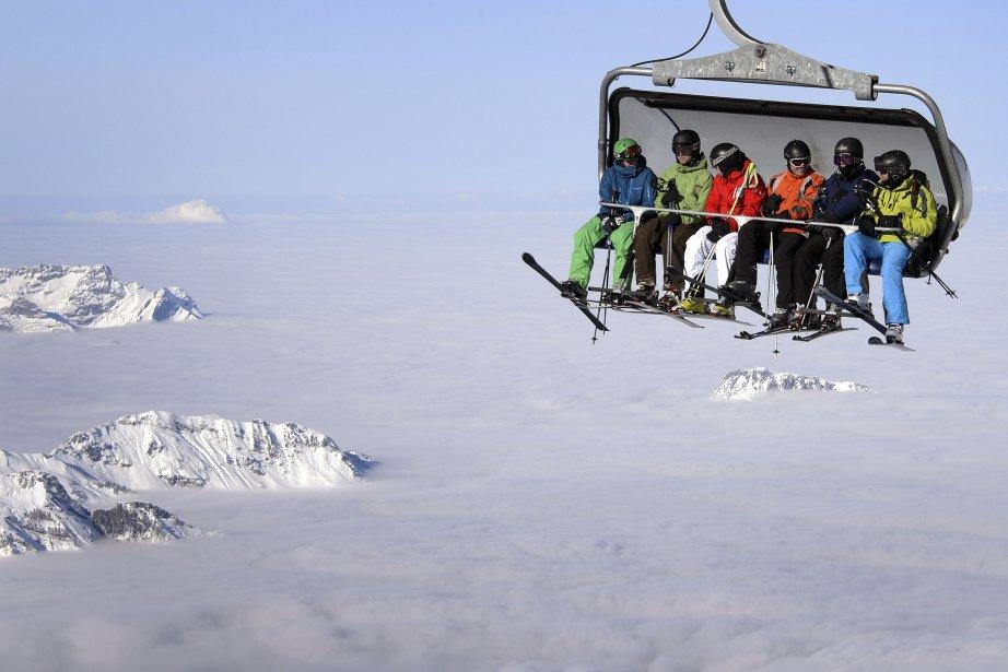 Des skieurs au dessus des nuages au mont Titlis, près de Engelberg, au centre de la Suisse. | 2 décembre 2012