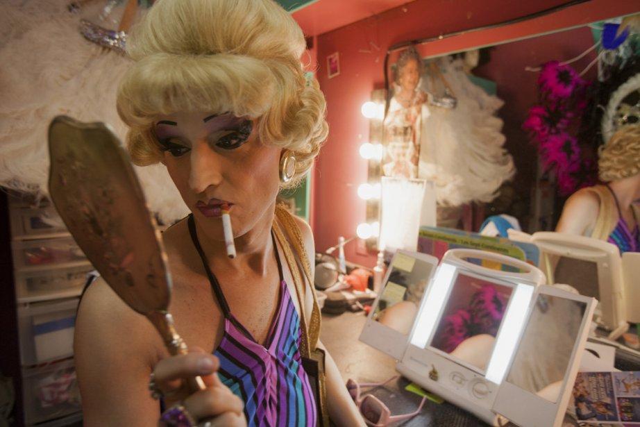 Dans les coulisses du Cabaret chez Mado, en 2008. «Nana» fait les dernières retouches à son maquillage avant de monter sur scène. (Photo: Marie-Hélène Tremblay, Agence Stock)