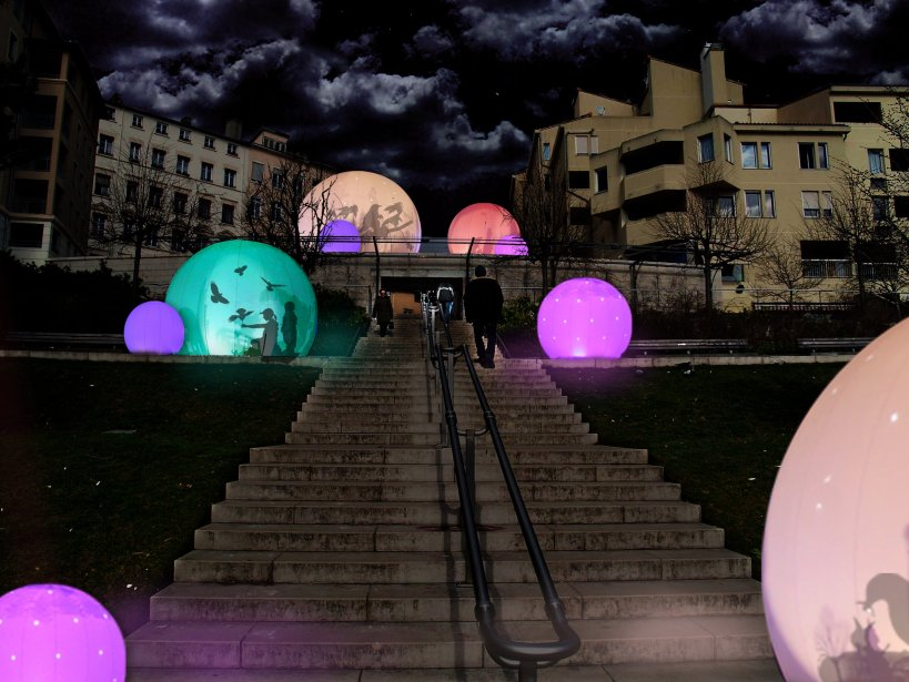«Les nids, volières virtuelles» / Lucion Média Telles des volières, cinq bulles lumineuses abritent des oiseaux dans les jardins de la Grande Côte. Sept autres bulles, inhabitées elles, éclaireront le chemin des visiteurs. | 3 décembre 2012