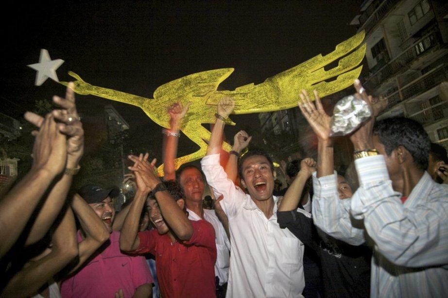 Victoire du parti d'Aung San Suu Kyi aux élections birmanes de 2012. La foule en liesse s'est massée devant le bureau principal du parti à Rangoun en fin de soirée. (Photo: Jean-François Leblanc, Agence Stock)