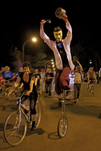 À l'occasion du Grand tintamarre le 24 mai 2012, 31e manifestation nocturne, plus de 10 000 personnes arpentent les rues et font résonner les casseroles. (Photo: Josué Bertolino, Agence Stock)