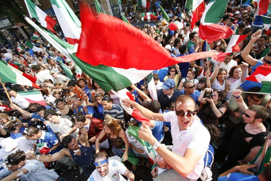 La victoire des Italiens contre les Français lors de la finale de la Coupe du monde de soccer en 2006 entraîne une célébration de joie spontanée dans la Petite-Italie à Montréal. (Photo: Marie-Hélène Tremblay, Agence Stock)