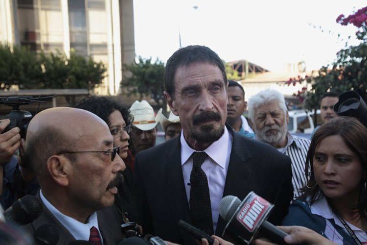 John McAfee en point de presse devant la... (Photo: Reuters)