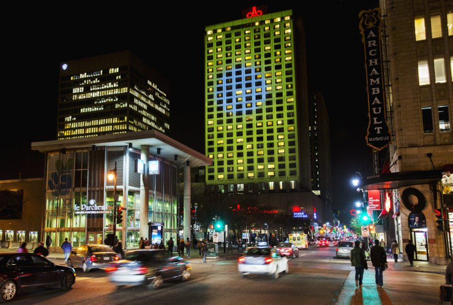 La vidéoprojection Le jour des 8 soleils débute sur la façade de l'hôtel des Gouverneurs, place Émilie-Gamelin. (Photo: Martine Doyon, fournie par le Partenariat du Quartier des spectacles)