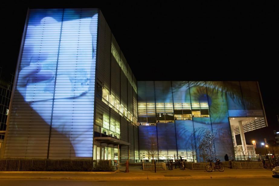 Le parcours son et lumière se poursuit d'abord sur trois murs de la Grande Bibliothèque, à l'angle de la rue Berri et du boulevard De Maisonneuve. | 5 décembre 2012