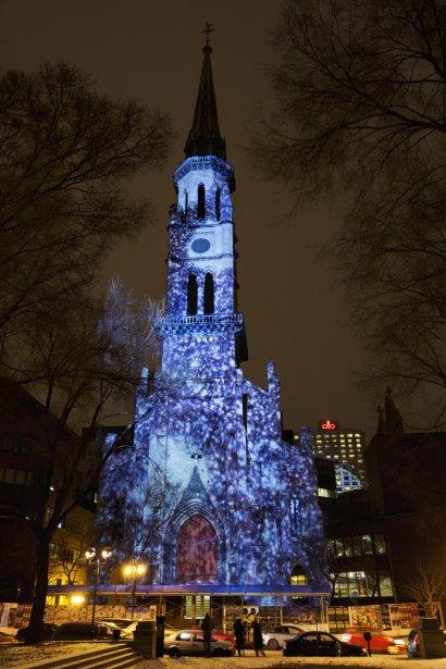 Puis, le clocher de l'UQAM, habitué à la projection de lumières, se prête au spectacle créé par Pascal Grandmaison et Antoine Bédard. | 5 décembre 2012