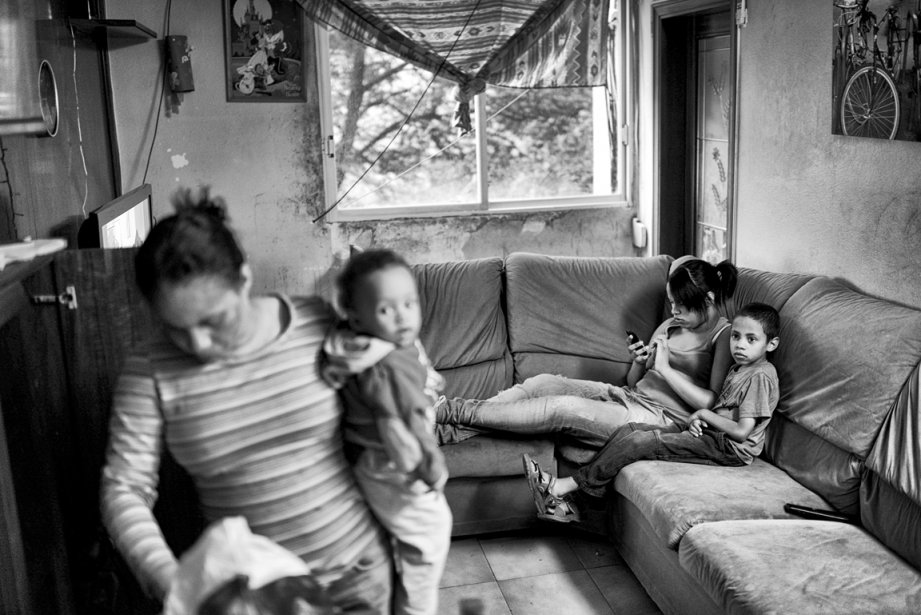 Germania Rivas et ses enfants dans l'attente de l'arrivée des policiers. | 5 décembre 2012