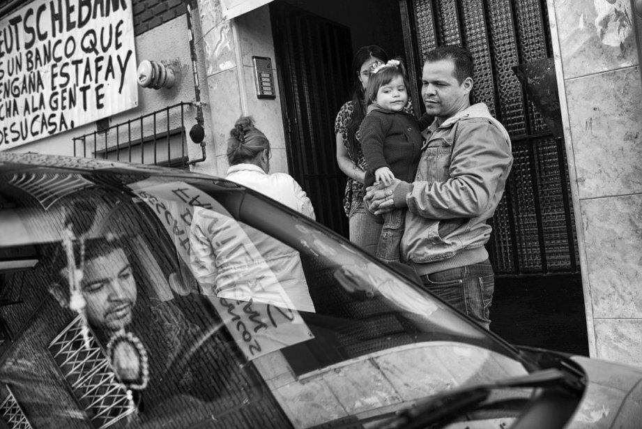 Edward Hernandez, chômeur, devant sa résidence à Madrid. | 5 décembre 2012