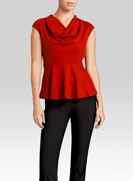 Camisole rouge à col tombant de la collection Contemporaine, 30 $ chez Simons | 5 décembre 2012