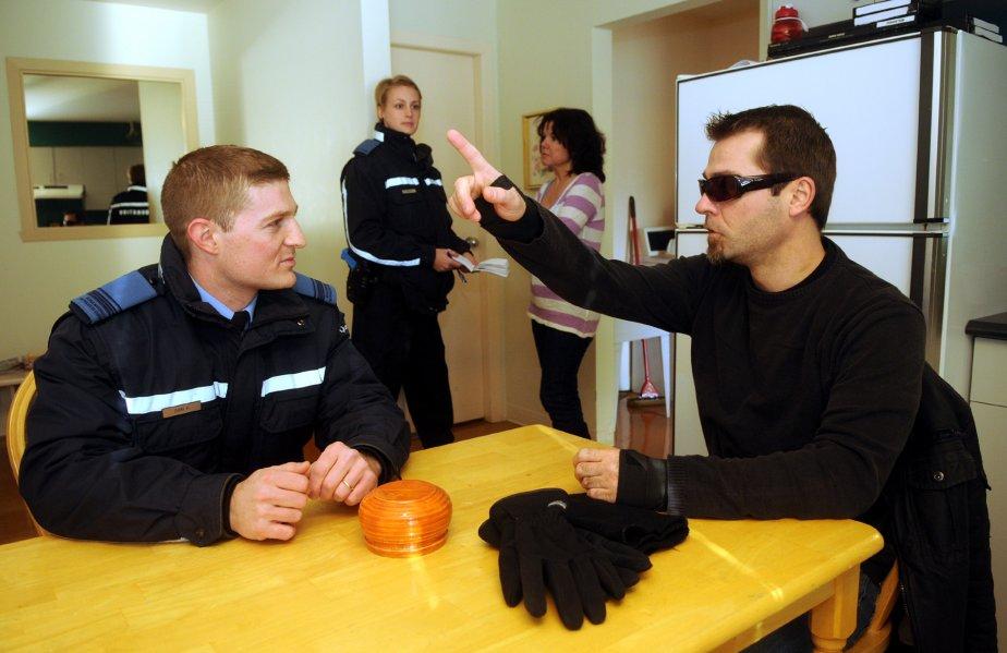 Les policiers doivent faire preuve de beaucoup de patience lorsqu'ils interviennent auprès d'une personne ayant un problème de santé mentale. Sur la photo, les aspirants policiers Filippo Dori et Mélissa Jobin sont plongés dans l'action avec deux comédiens à l'emploi de l'ÉNPQ, Yvan Boucher et Diane Moisan. | 6 décembre 2012