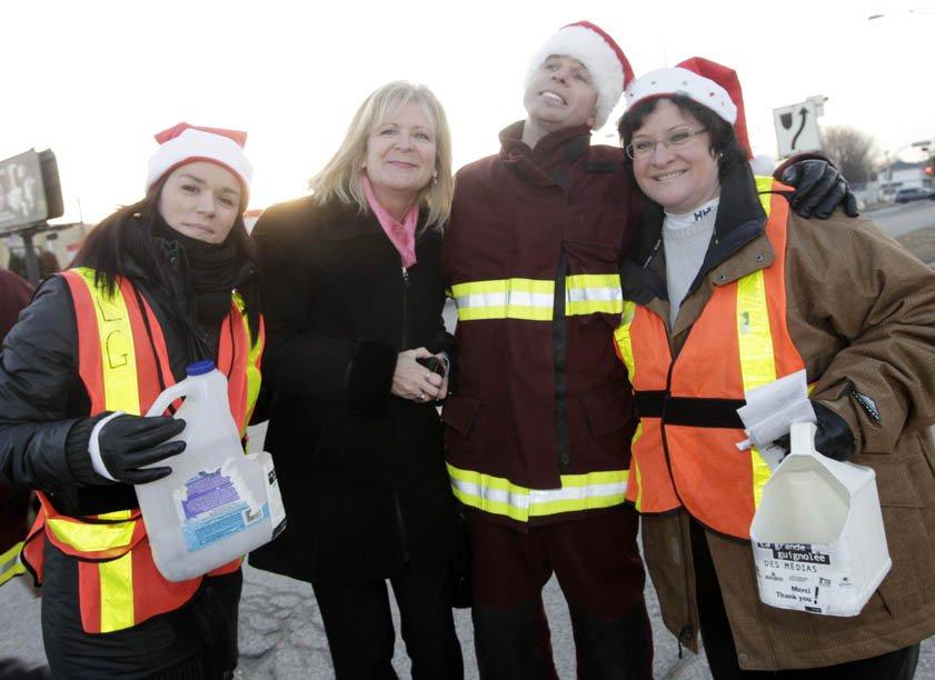 De nombreux membres des médias ont bravé le froid, jeudi matin, pour amasser des dons à divers endroits à Gatineau. | 6 décembre 2012