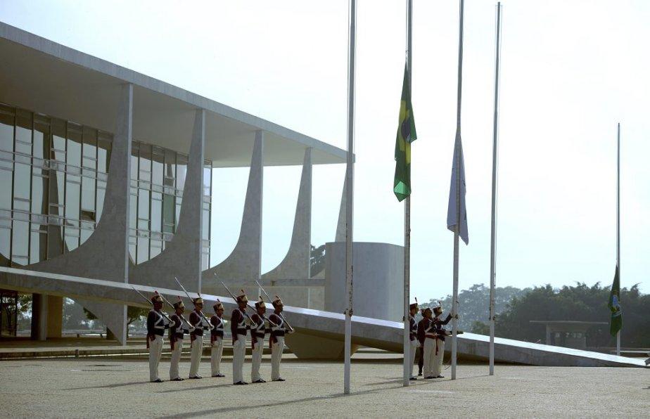 Des soldats mettent le drapeau en berne pour marquer le décès de l'architecte brésilien. | 6 décembre 2012