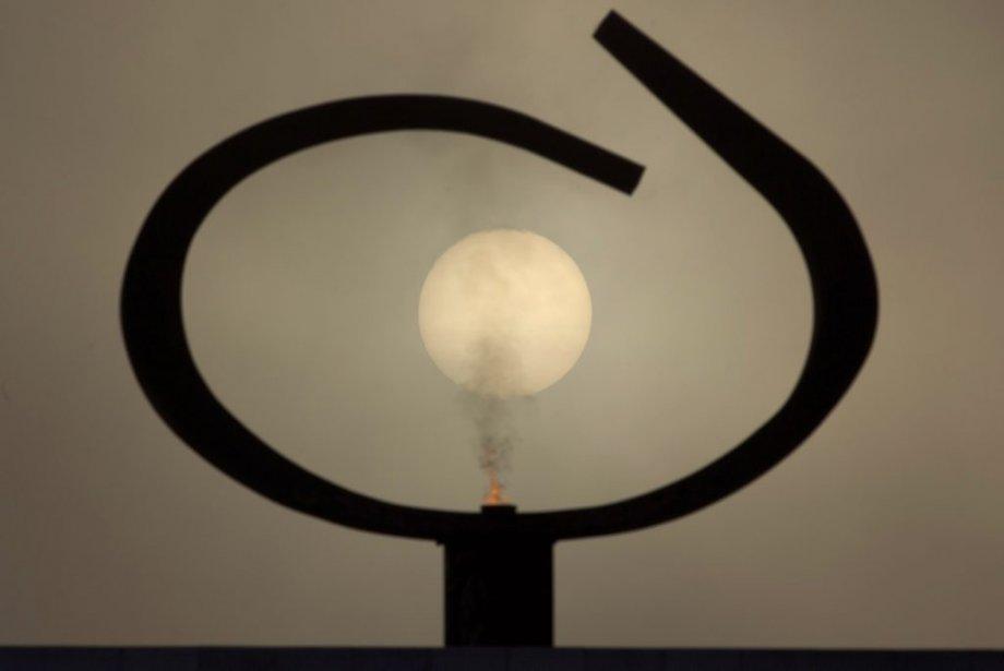 Le soleil est vu à travers le monument Panteao da Patria e da Liberdade Tancredo Neves, dessiné par Oscar Niemeyer. | 6 décembre 2012