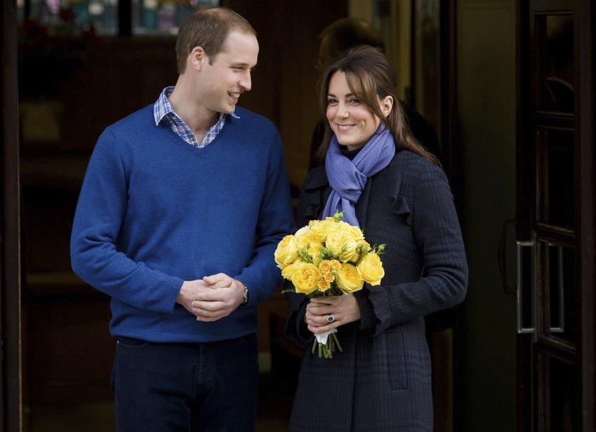 Kate Middleton, la femme du prince William enceinte du futur héritier du trône, a quitté le 6 décembre au bras de son mari l'hôpital où elle avait été admise pour des nausées sévères, arborant un large sourire devant les journalistes. La jeune femme a hoché la tête, en esquissant un «beaucoup mieux» en réponse aux photographes et caméramans qui l'interpellaient pour lui demander comment elle se sentait. | 7 décembre 2012