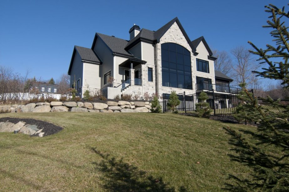 Cette maison est bâtie à flanc de colline à Shefford.... | 2012-12-07 00:00:00.000