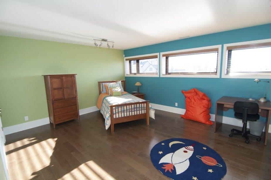 Les trois chambres construites en rez-de-jardin sont grandes et pourvues de planchers de bois. | 7 décembre 2012