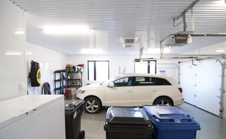 Le garage. Un ascenseur résidentiel à gauche permet de se rendre à tous les niveaux de la maison. | 7 décembre 2012