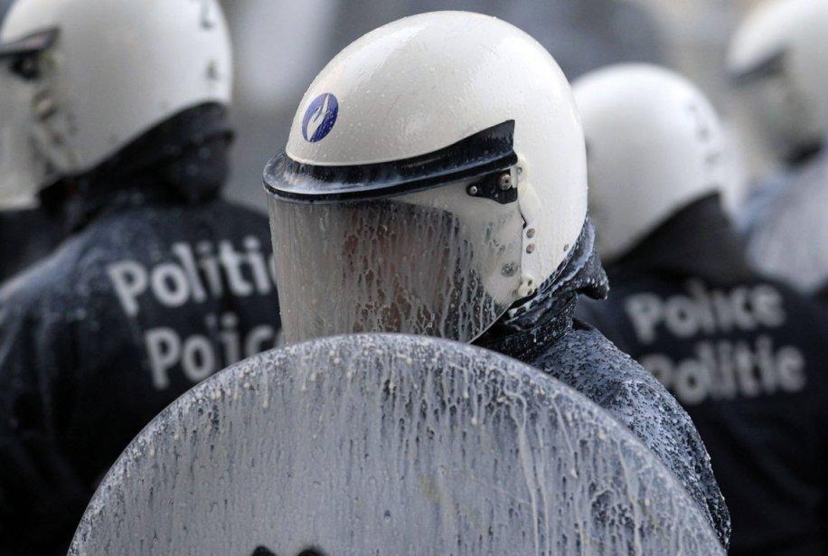 Un policier de l'escouade antiémeute est aspergé de lait lors... | 2012-12-07 00:00:00.000