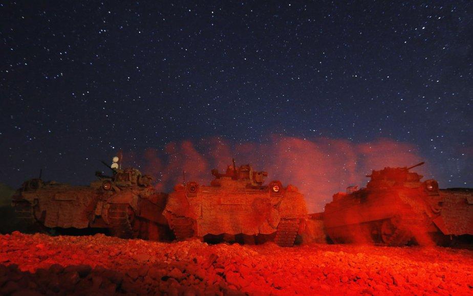 Un soldat allemand marche devant des tanks près de Baghlan en Afghanistan. | 7 décembre 2012