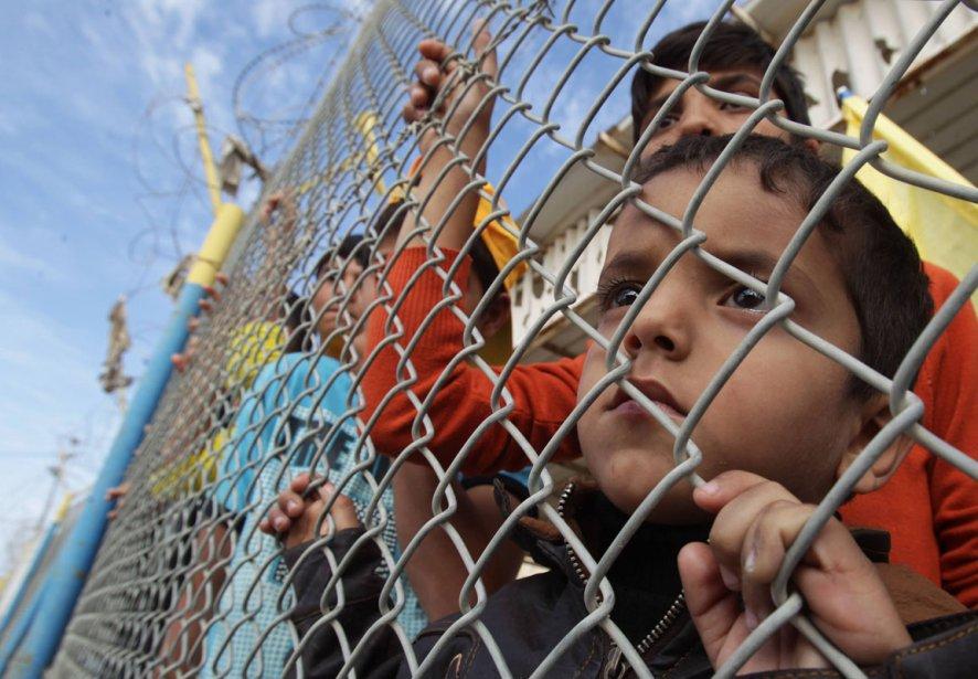 Un jeune garçon attend le retour de militants du Fatah à la frontière de Rafah dans la bande de Gaza. | 7 décembre 2012