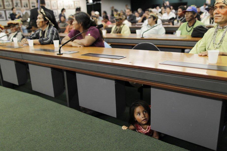 Une fillette sous un bureau lors des audiences de la commission des droits de l'homme à Brasilia. | 7 décembre 2012