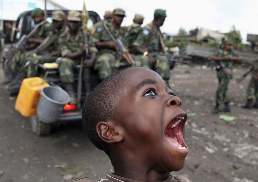 Un garçon célèbre l'arrivée des forces armées congolaise à Goma suite au départ des rebelles | 7 décembre 2012