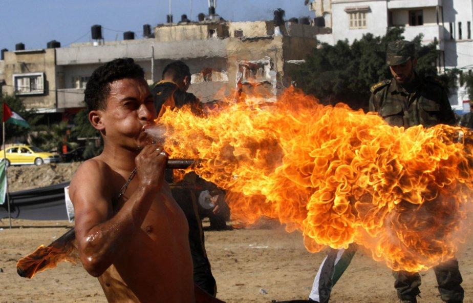 Un membre du Hamas souffle du feu lors d'une remise des diplômes à Gaza. | 7 décembre 2012