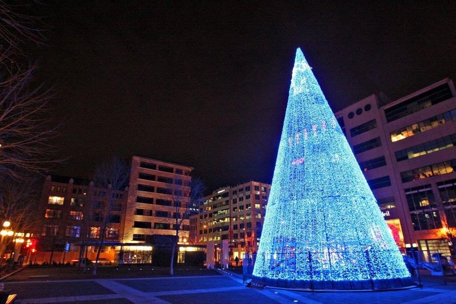 La Ville de Québec a installé son gigantesque sapin métallique dans le parc de l'Université du Québec. L'arbre illuminé fait partie des festivités de QuébecAdabra! qui se dérouleront du 20 décembre au 2 janvier. La Ville profite de la fête de Noël pour revêtir ses plus beaux atours afin de souligner cette période de l'année.Dominique Hardy | 8 décembre 2012