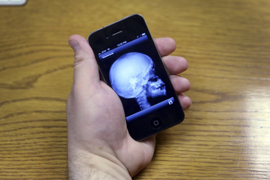 Ce téléphone intelligent est muni d'une application qui... (Photo : Beatrice de Gea, The New York Times)