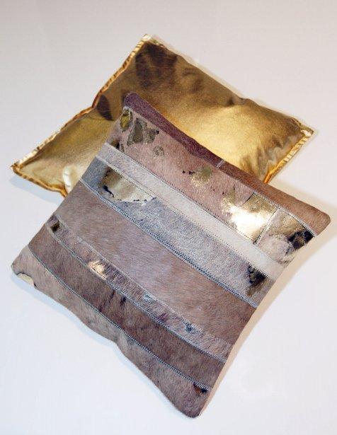 Coussins, 29,99 $ (doré) et 69,99 $ (peau de vache) chez Signature Maurice Tanguay, Place Ste-Foy, Québec, 418 650-6244 | 9 décembre 2012