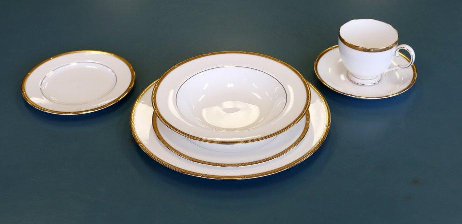 Vaisselle Noritake Rochelle Gold, 790 $ l'ensemble quatre couverts de six morceaux chez  Renaud & Cie, 1257, boul. Charest Ouest, Québec, 418 681-1944 | 9 décembre 2012