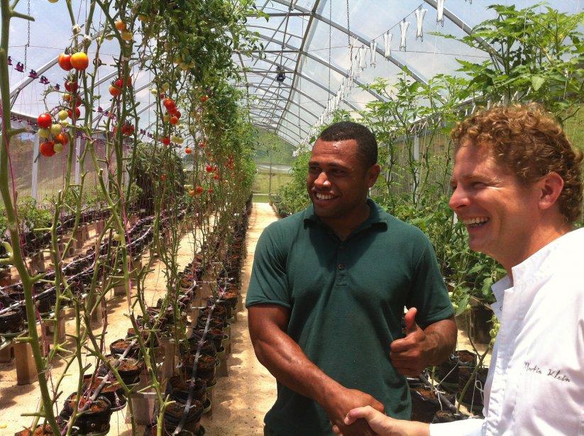 À Laucala Island, Epeli Raduadua, le superviseur de la serre hydroponique de l'hôtel Laucala et le chef Martin Klein. | 10 décembre 2012