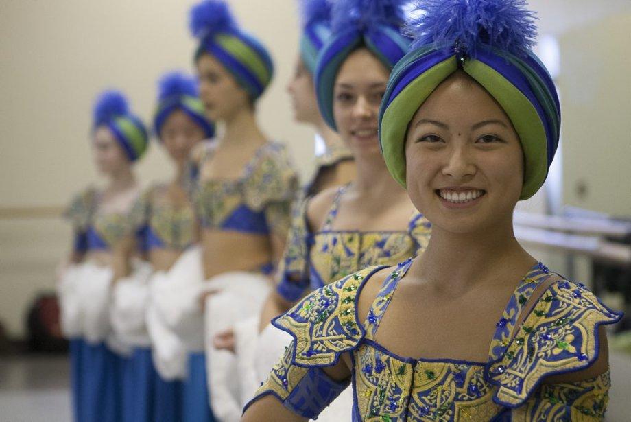 Les jeunes ballerines qui ont été sélectionnées lors des auditions pour interpréter les Orientales de Casse-Noisette répètent assidûment leur chorégraphie. | 10 décembre 2012