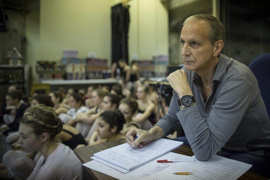 Le maître de ballet principal des Grands Ballets, Pierre Lapointe, observe la répétition avec attention et prend note de chaque faux pas. À ses côtés, de jeunes étudiantes de l'École supérieure de ballet du Québec. | 10 décembre 2012