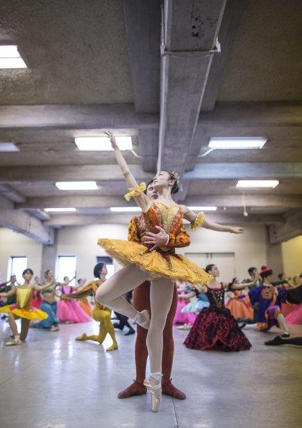 Les solistes interprétant le Prince Orgeat et la Fée dragée, en plein pas de deux. | 10 décembre 2012
