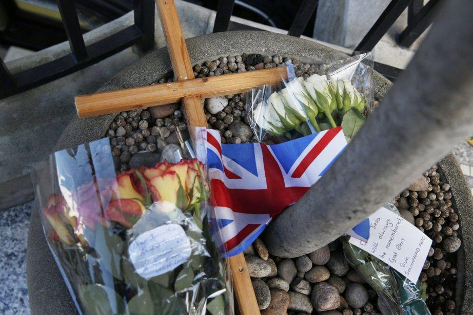 Des fleurs et des messages de sympathie à... (PHOTO LEFTERIS PITARAKIS, AP)