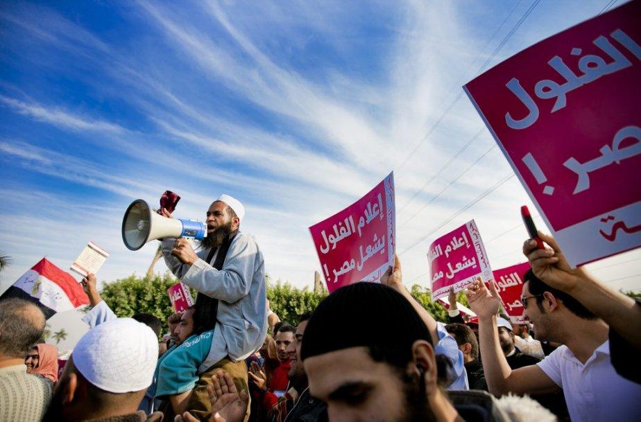 Des centaines de partisans d'organisations islamistes ont pris d'assaut Media City, hier, haut lieu du cinéma et de la télévision, en banlieue du Caire. Les partisans du président Morsi réclament que leur voix soit entendue dans les médias. | 10 décembre 2012