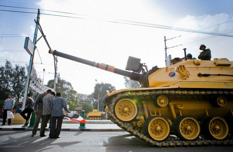 L'armée égyptienne est omniprésente à proximité du palais présidentiel, dans le chic quartier Héliopolis. | 10 décembre 2012