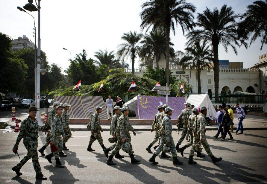 Des soldats de l'armée égyptienne arpentent les rues d'Héliopolis.  Les militaires font sentir leur présence aux abords du palais présidentiel. | 10 décembre 2012