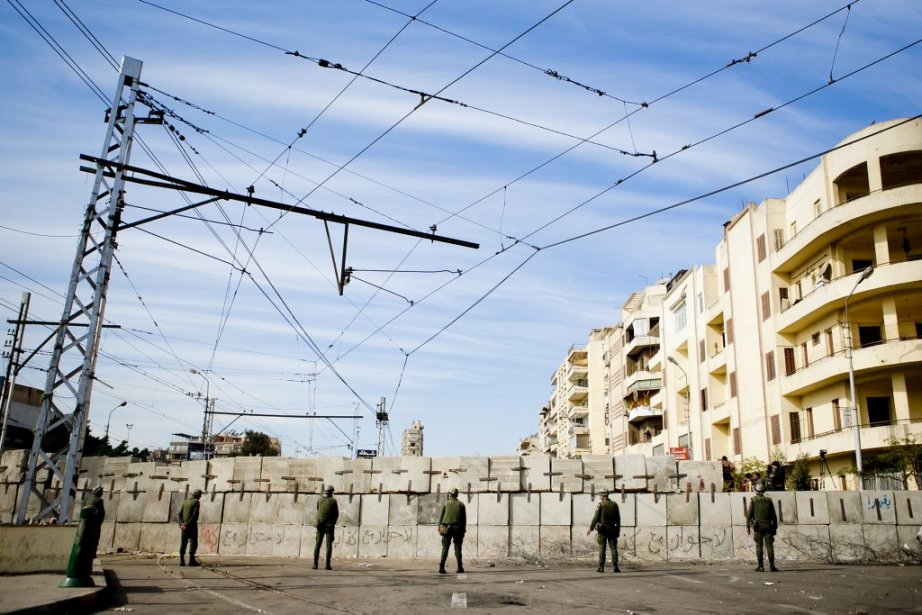Les rues principales donnant accès au palais présidentiel sont bloquées par d'immenses murs de béton. | 10 décembre 2012