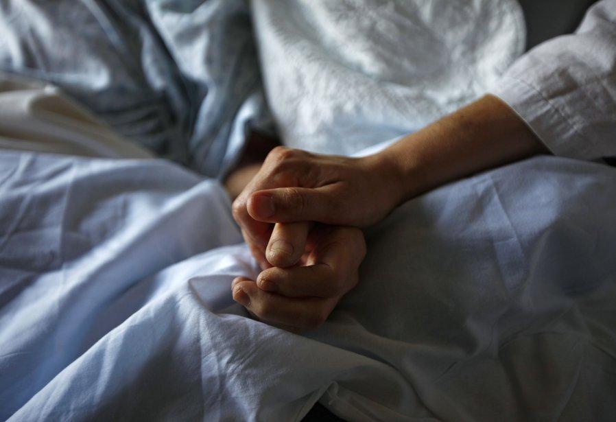 Qui décide à quel moment les soins médicaux ne valent plus la... (Photo Reuters)