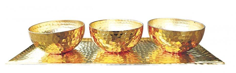 Ensemble de trois bols dorés sur plateau, 74 $ chez... | 2012-12-11 00:00:00.000
