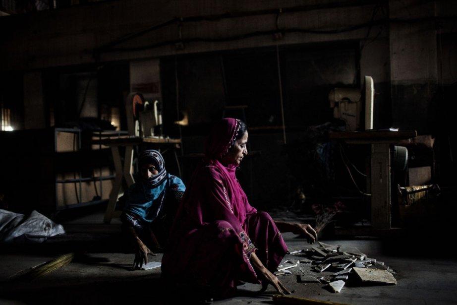Deux femmes nettoient les débris. | 11 décembre 2012