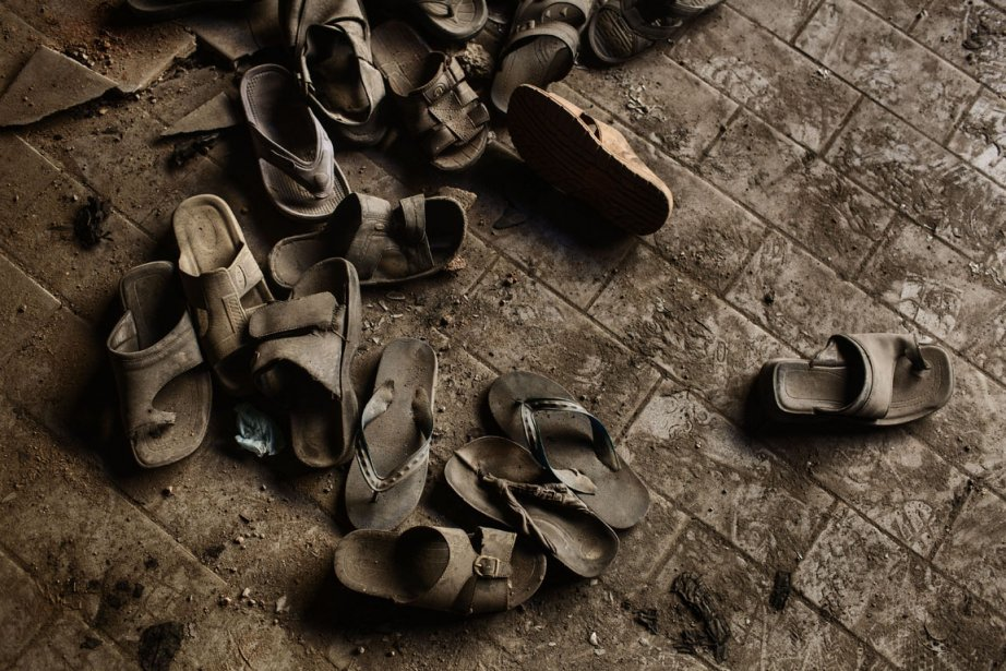 Des sandales d'employées jonchent le sol | 11 décembre 2012