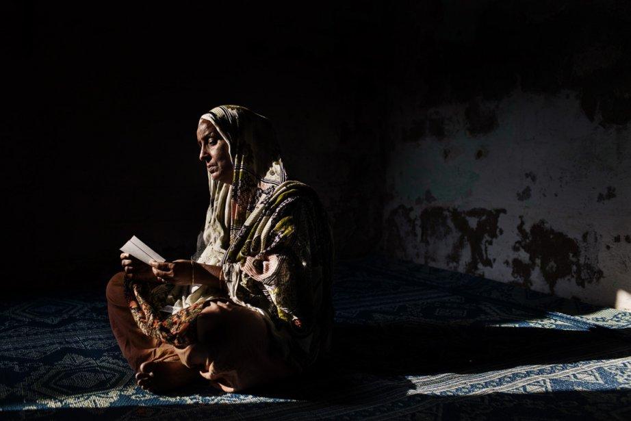 Sugra Khatoon regarde un photo de son fils, Azmaing. | 11 décembre 2012